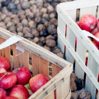 Äpfel und Walnüsse