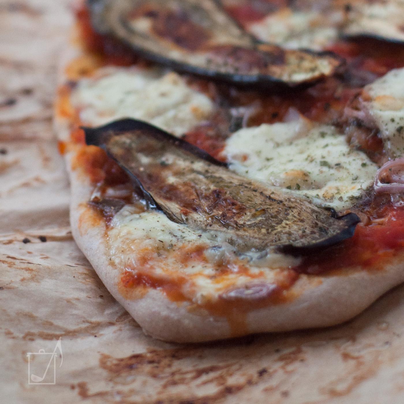 Pizzateig mit Aubergine belegt